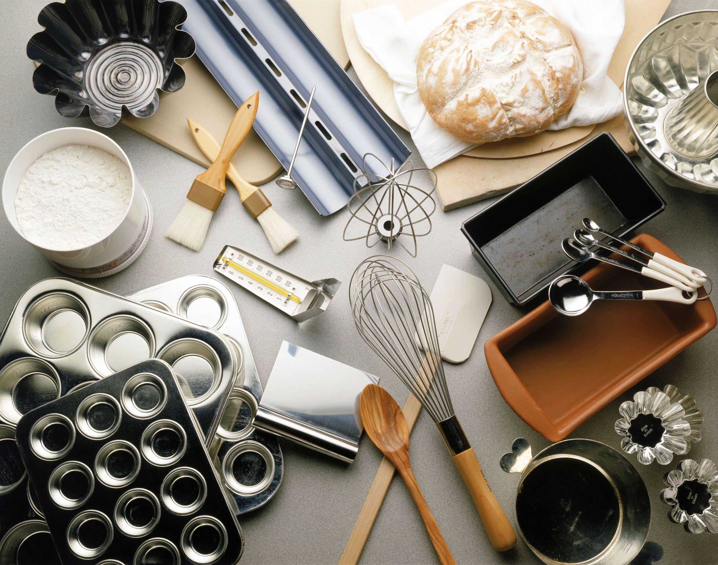 قالبها و ظروف کیکپزی انواع مختلفی داشته و برای طبخ انواع مختلفی از کیک مورد استفاده قرار میگیرند.