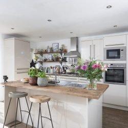 وجود ظرفشویی در طرح جزیره برای آشپزخانه میتواند باعث بهینهتر شدن فضای کاری آشپزخانه شود.