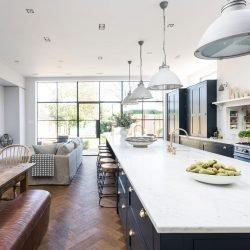 در آشپزخانههای بزرگ، طرح جزیره برای آشپزخانه را باید به گونهای پیاده کرد که بتوان از تمام فضا، در زیباترین شریاط ممکن بیشترین استفاده را کرد.