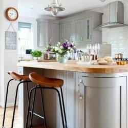 اگر گوشههای طرح جزیره برای آشپزخانه را به صورت گرد طراحی کنیم، هم به زیبایی افزودهایم و هم رفت و آمد در اطراف جزیره را راحتتر کردهایم.