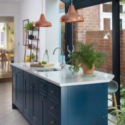 وجود پنجره دیواری در طرح جزیره برای شپزخانه تأثیر بالایی در زیبایی آشپزخانه دارد.