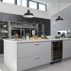 وجود یخچال در طرح جزیره برای آشپزخانه، علاوه بر زیبایی، پذیرایی از مهمانان را هم راحتتر میکند.