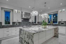 طرح موازی و جزیرهای، از جمله سبکهای لوکس در طراحی آشپزخانه بهشمار میروند.