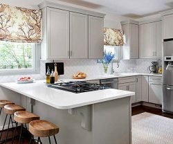 در طراحی آشپزخانههای کوچک، از بهکار بردن رنگهای تیره خودداری نمایید.