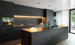 استفاده از رنگهای تیره و کابینتهای بدون دستگیره دو نمونه از طرحهای جدید آشپزخانه در سال ۲۰۲۰ هستند.