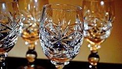 ظروف کریستال از درصد سرب بالاتری نسبت به ظروف بلور برخوردار هستند.