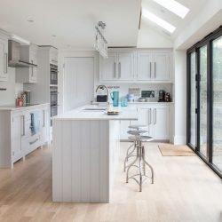 پایه طرح چزیره برای آشپزخانه باید به گونهای طراحی شود که بتوان صندلیها را در آن جای داد.