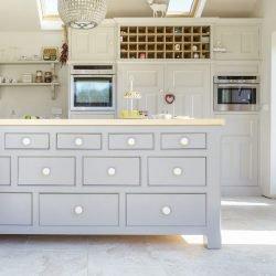 وجود کشو و کابینت را به جرات میتوان به جرأت گفت از اصلیترین عوامل زیبایی در طرح جزیره برای آشپزخانه است.