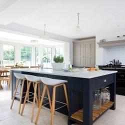 رنگ بندی خلاقانه در طرح جزیره برای آشپزخانه به زیبایی آشپزخانه میافزاید.