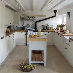 برای طرح جزیره در آشپزخانه میتوان از میز کار دست دوم استفاده کرد.