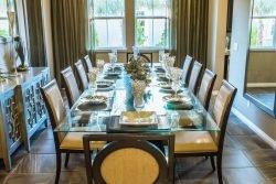 طراحی فضای داخلی با میز زیبای شیشهای